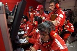 Michael Schumacher dans le centre de télémétrie de Ferrari