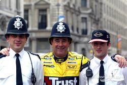 Nigel Mansell con la policía de Londres