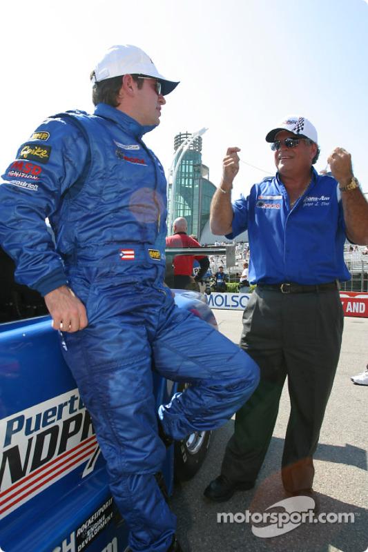 Le vainqueur Jorge Diaz Jr. fête sa victoire avec son père