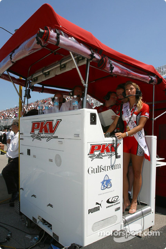 Miss Molson Indy 2003 Lynne Kushnirenko regarde les qualifications dans les stands du PKV Racing