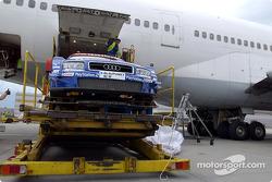 Die DTM-Autos und die Ausrüstung an Bord einer Boeing 747 der Lufthansa