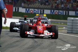 Ganador de la carrera Michael Schumacher llega a Parc Fermé