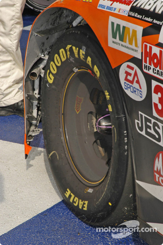 De la poussière de freins sur la roue de Tony Stewart