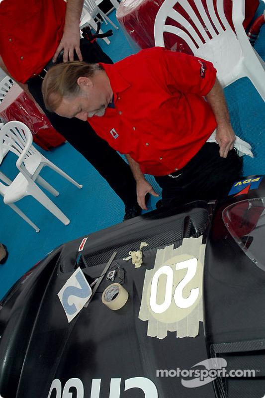 Comment peindre un numéro sur une voiture de course en 14 étapes