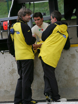 Giorgio Pantano discusses with Jordan engineers James Robinson and Dominic Harlow