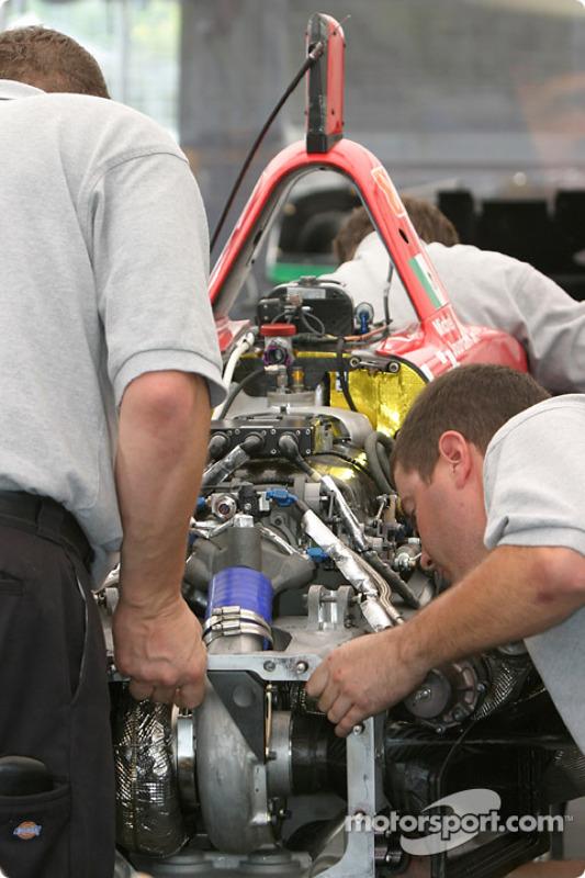 Les membres de l'équipe RuSPORT assemblent la voiture de Michel Jourdain Jr.