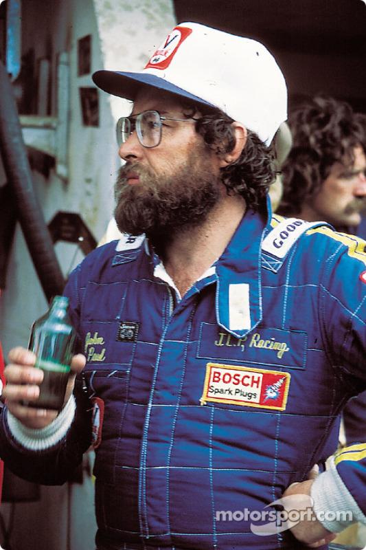 1980. Джон Пол пьет пиво после гонки