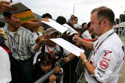 Mike Gascoyne signs autographs