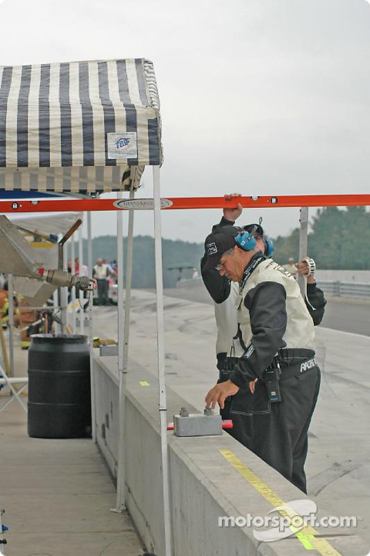 Un officiel du Grand Am vérifie les réservoirs d'essence