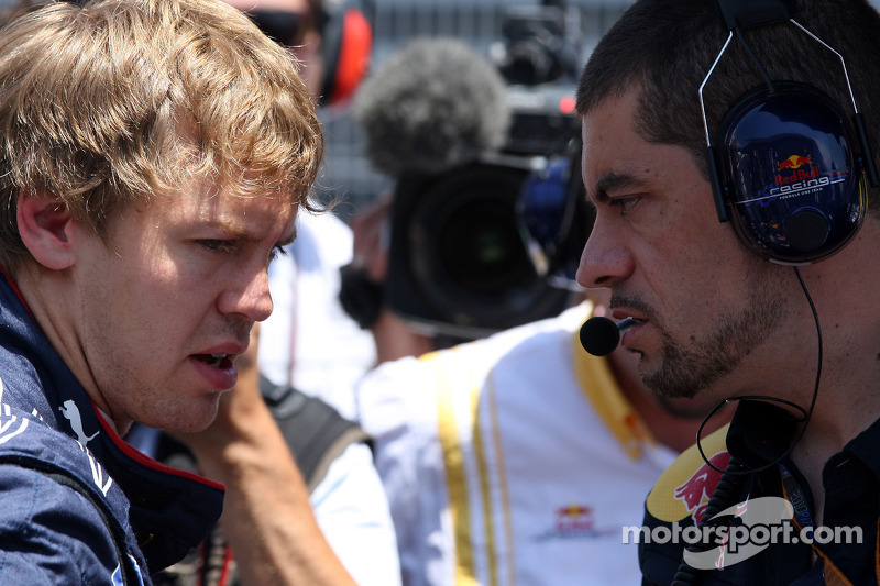 Sebastian Vettel, Red Bull Racing praat met ingenieur Guillaume Rocquelin