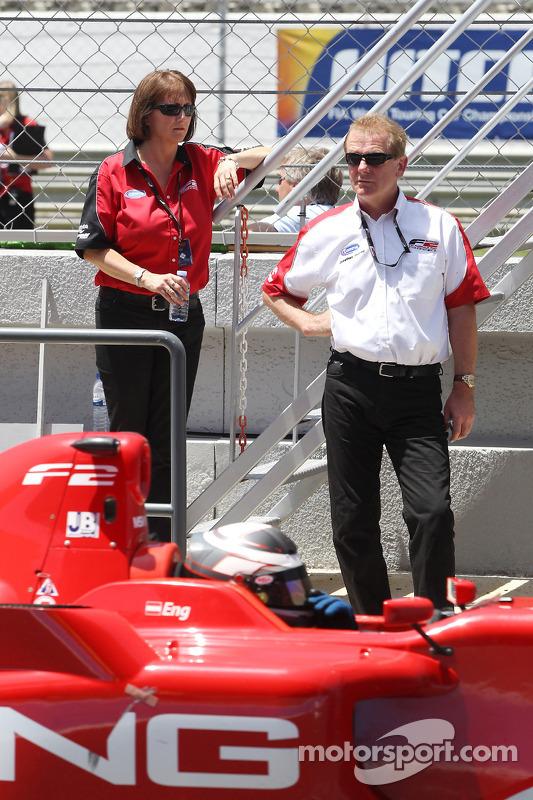 Jonathan Palmer, CEO MotorSport Vision, bekijkt Philipp Eng vanaf de pitmuur
