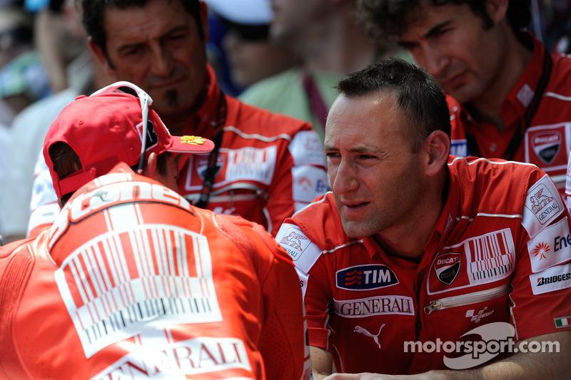 Troisième place pour Casey Stoner, Ducati Marlboro Team, ici avec son ingénieur Cristian Gabarrini