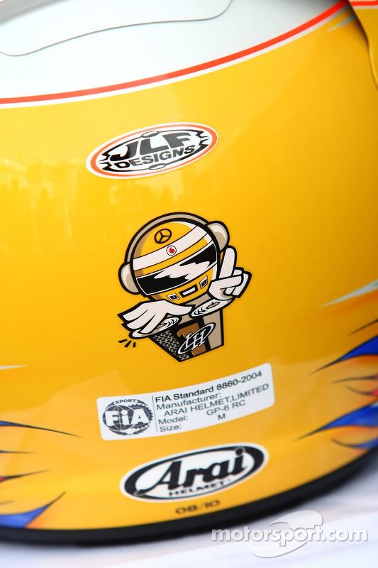 Lewis Hamilton, McLaren Mercedes, met een nieuwe helm voor Silversonte