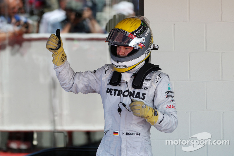 No ano de estreia na Mercedes, Rosberg voltou aos pódios. A foto abaixo mostra a comemoração do alemão em Silverstone, com o terceiro lugar. Na temporada 2010 foram 142 pontos e novamente a sétima posição.