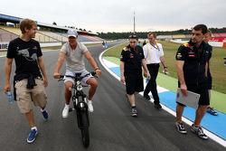 Michael Schumacher, Mercedes GP jette un oeil à la piste et discute avec Sebastian Vettel, Red Bull Racing, lui aussi en piste