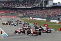 Феліпе Масса (Ferrari) випереджає Фернандо Алонсо (Ferrari) та Себастьяна Феттеля (Red Bull Renault) на старті