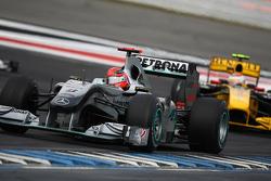 Михаэль Шумахер, Mercedes GP впереди Виталия Петрова, Lotus Renalut F1 Team