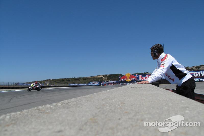 LCR Honda MotoGP manager Lucio Cecchinello observa a Roger Lee Hayden, LCR Honda MotoGP