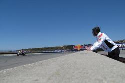 Менеджер команды LCR Honda MotoGP Лучио Чеккинелло машет Роджеру Ли Хейдену, LCR Honda MotoGP