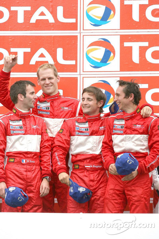 Podium: race winnaars Romain Dumas, Jörg Bergmeister, Martin Ragginger en Wolf Henzler