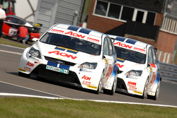 Tom Chilton devant Tom Onslow-Cole