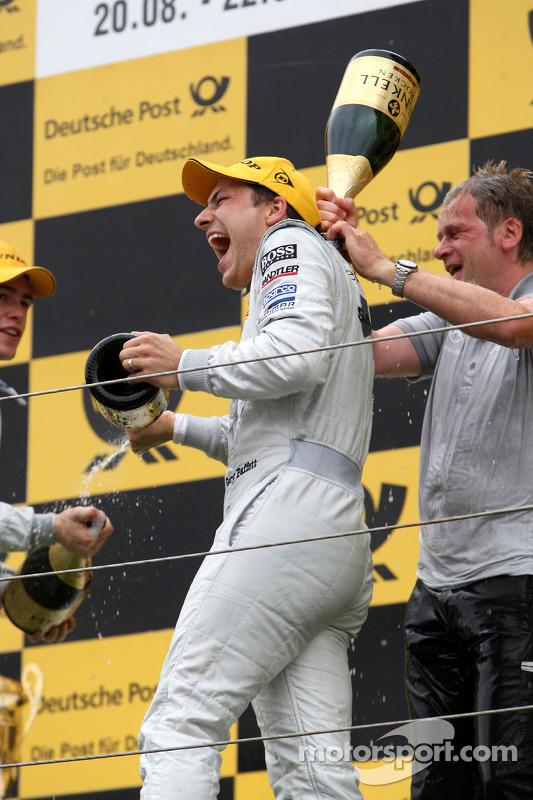 Podium: race winnaar Gary Paffett, Team HWA AMG Mercedes C-Klasse krijgt champagne douche