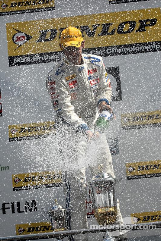 Tom Chilton aspergé de champagne