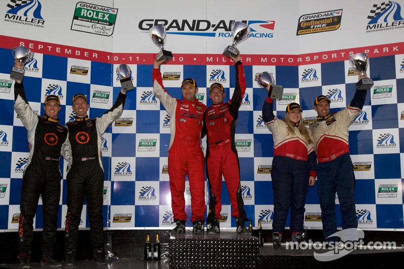 ST podium: class winnaars Ian Baas en Aaron Povoledo, 2de Sarah Cattaneo en Owen Trinkler, 3de Lawso