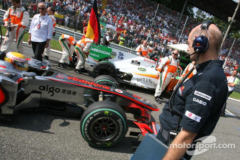 Льюіс Хемілтон (McLaren Mercedes) на стартовій решітці