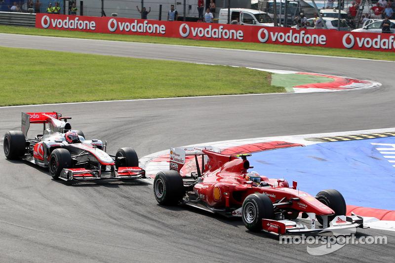 Фернандо Алонсо (Ferrari) випереджає Дженсона Баттона (McLaren Mercedes)