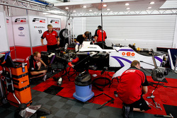 Les ingénieurs F2 travaillent pour réparer la voiture de Kazim Vasiliauskas après son accident