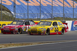 Tony Stewart, Stewart-Haas Racing Chevrolet et Clint Bowyer, Richard Childress Racing Chevrolet bataillent pour la tête