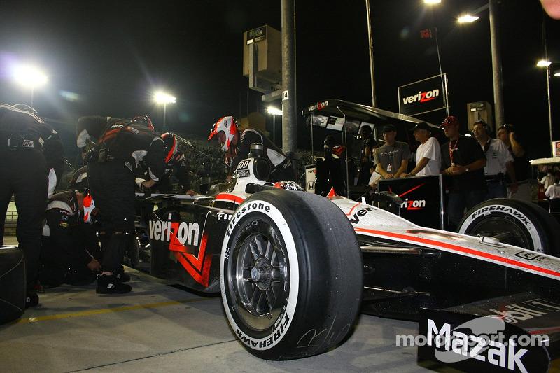 Crew werkt aan de reparatie van de ophanging van de auto van Will Power, Team Penske