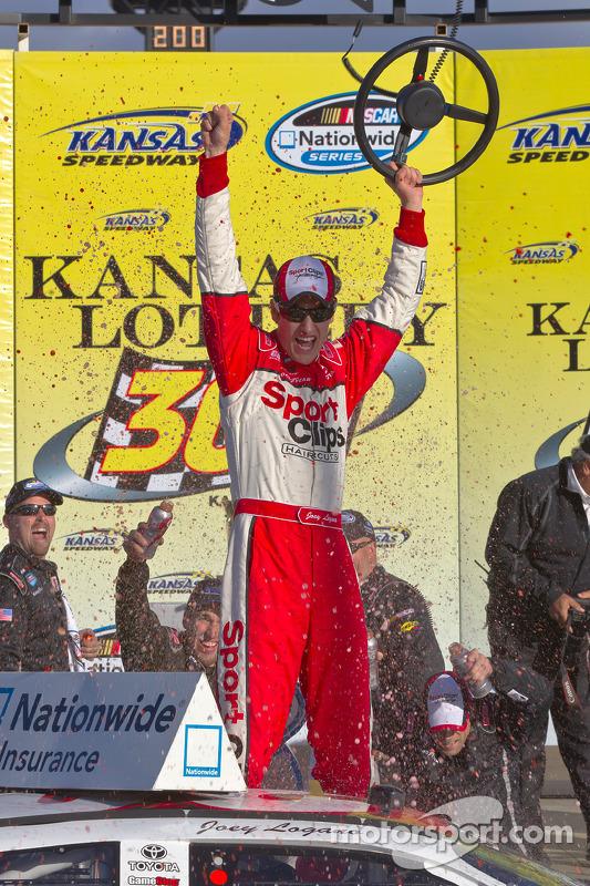 Victory lane: race winnaar Joey Logano