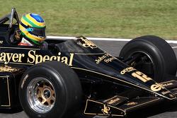 Bruno Senna, Hispania Racing F1 Team rijdt de 1986 Lotus Renault Turbo van Ayrton Senna