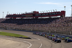 Jamie McMurray, Earnhardt Ganassi Racing Chevrolet leads the field to the green flag