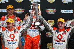 Craig Lowndes en Mark Skaife celebrate taking out the L&H 500 for TeamVodafone