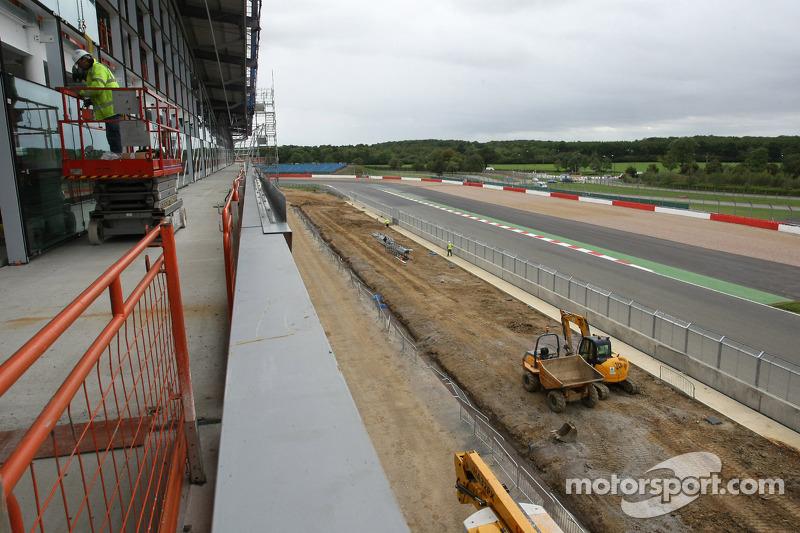 Werkzaamheden aan Silverstone's nieuwe pitcomplex, paddock en conferentieruimtes dat in 2011 gereed moet zijn