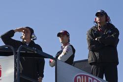Jeff Gordon, Hendrick Motorsports Chevrolet et certains de ses mécaniciens regardent la dernière séance d'essais libres