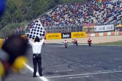Andrea Dovizioso, del equipo Repsol Honda toma tercer lugar delante de Marco Simoncelli, San Carlo Honda Gresini