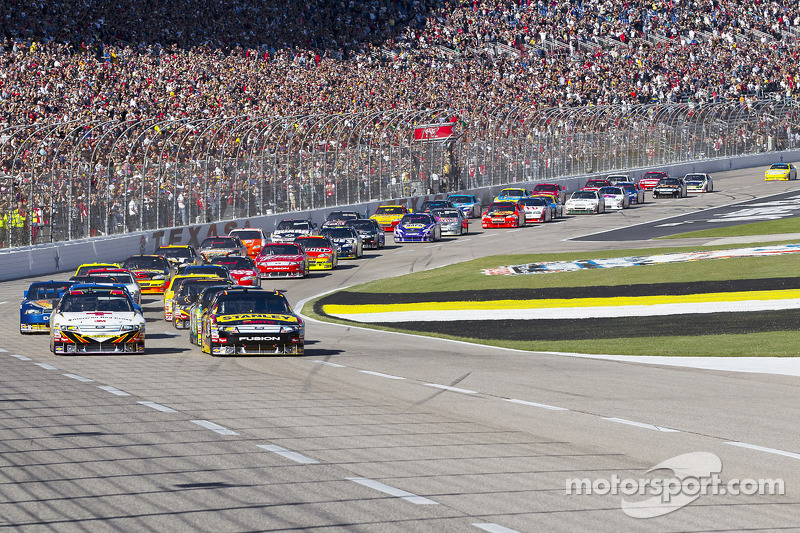 Start: Elliott Sadler, Richard Petty Motorsports Ford en Greg Biffle, Roush Fenway Racing Ford