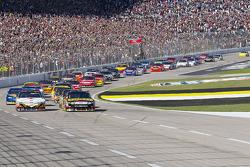Start: Elliott Sadler, Richard Petty Motorsports Ford and Greg Biffle, Roush Fenway Racing Ford lead the field
