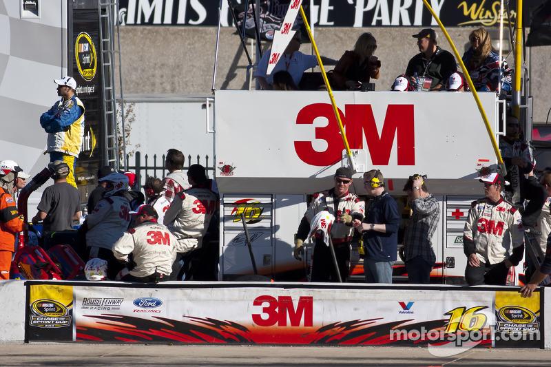 Teamleden van Greg Biffle, Roush Fenway Racing Ford klaar voor de pitstop