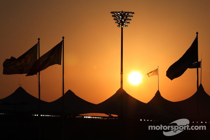 Le soleil se couche derrière les tribunes