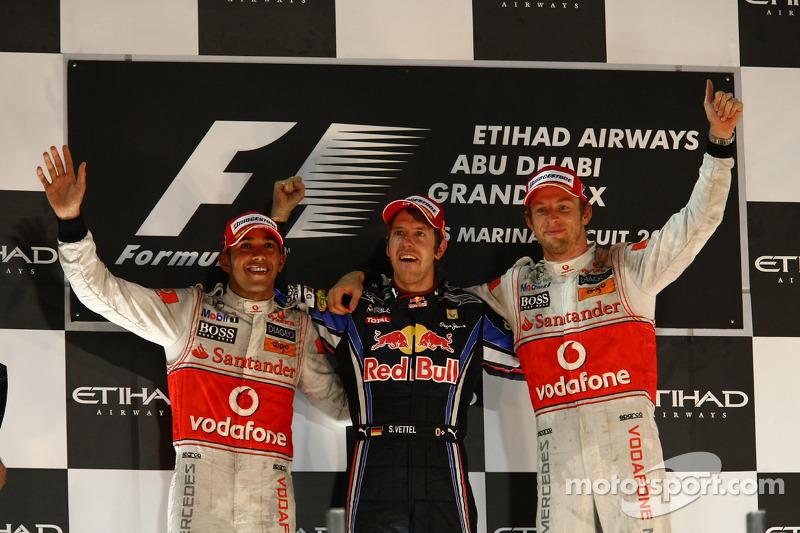 Ganador de la carrera y campeón de la F1 2010 Sebastian Vettel, Red Bull Racing , segundo lugar Lewis Hamilton, McLaren Mercedes y tercer lugarJenson Button, McLaren Mercedes
