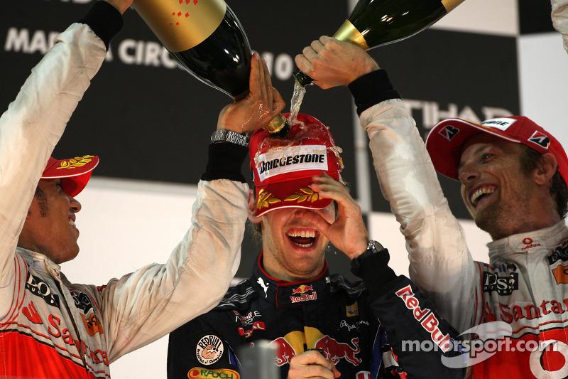 Подіум: переможець гонки та чемпіон світу 2010 року Себастьян Феттель, Red Bull Racing, друге місце Льюіс Хемілтон, McLaren Mercedes, третє місце Дженсон Баттон, McLaren Mercedes