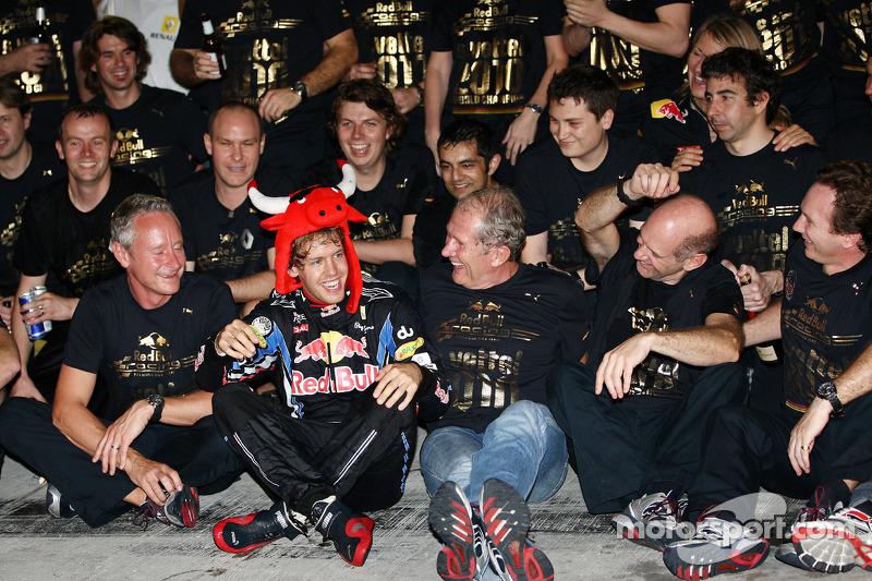 Race winnaar en 2010 wereldkampioen F1 Sebastian Vettel, Red Bull Racing viert met team