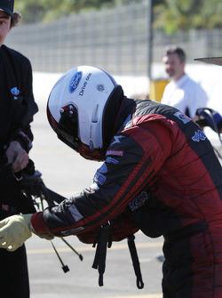 Bob Tasca verwijdert zijn veiligheidssystemen na het verslaan van Matt Hagan in ronde 1 van de Auto Club NHRA Finals