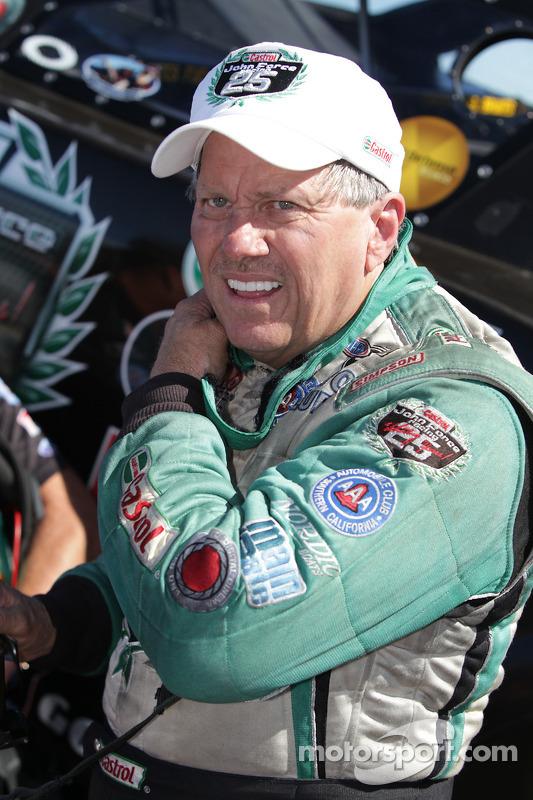 John Force, enkele momenten na het verslaan van zijn voormalig teamgenoot Gary Densham in ronde 1 van de Auto Club NHRA Finals