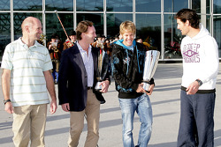 Chief technical officer Adrian Newey, team principal Christian Horner, Sebastian Vettel en Mark Webber